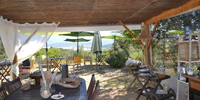 Chambres d'hotes Cantu di U Grilllu Sartene Corsica Frankrijk terras tafels stoelen gordijn voile