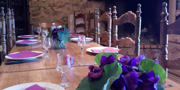 Chambres d'hotes U Cuventu di Paomia Cargese Corsica Frankrijk Cargese eetzaal eettafel viooltjes stoelen