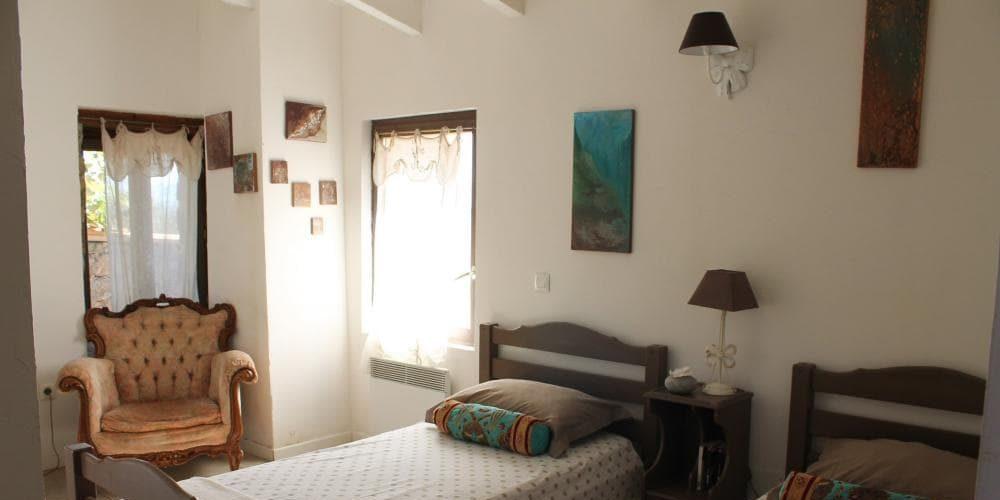 Chambres d'hotes U Cuventu di Paomia Cargese Corsica Frankrijk kamer eenpersoonsbedden fauteuil