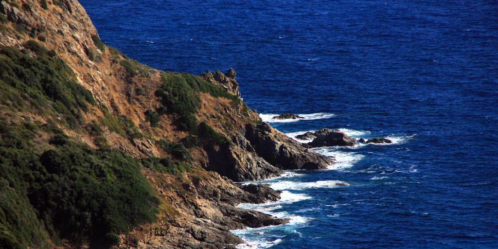 Chambres d'hotes U Cuventu di Paomia Cargese Corsica Frankrijk kust-bij-Paomia zee rotsen branding