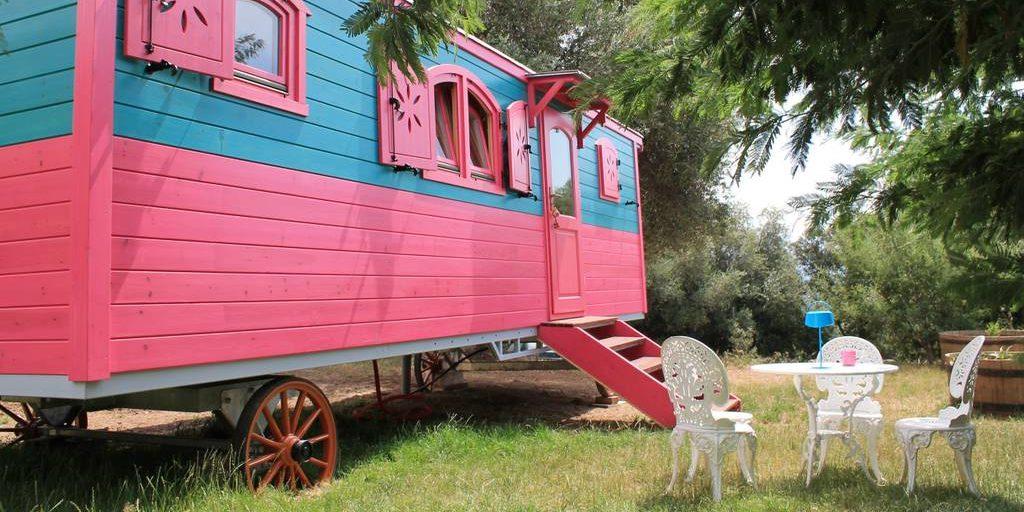 Chambres d'hotes U Cuventu di Paomia Cargese Corsica Frankrijk pipowagen roulotte tuin zitje