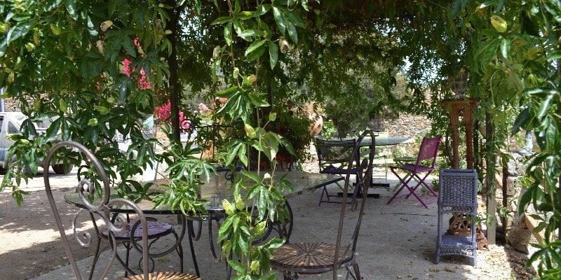Chambres d'hotes U Cuventu di Paomia Cargese Corsica Frankrijk terras beschut tafels stoelen pergola