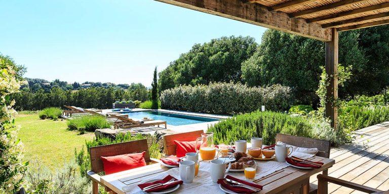 Domaine Santu Pietru Villa Alba Figari Corsica Frankrijk terras eettafel zwembad tuin bomen struiken grasveld