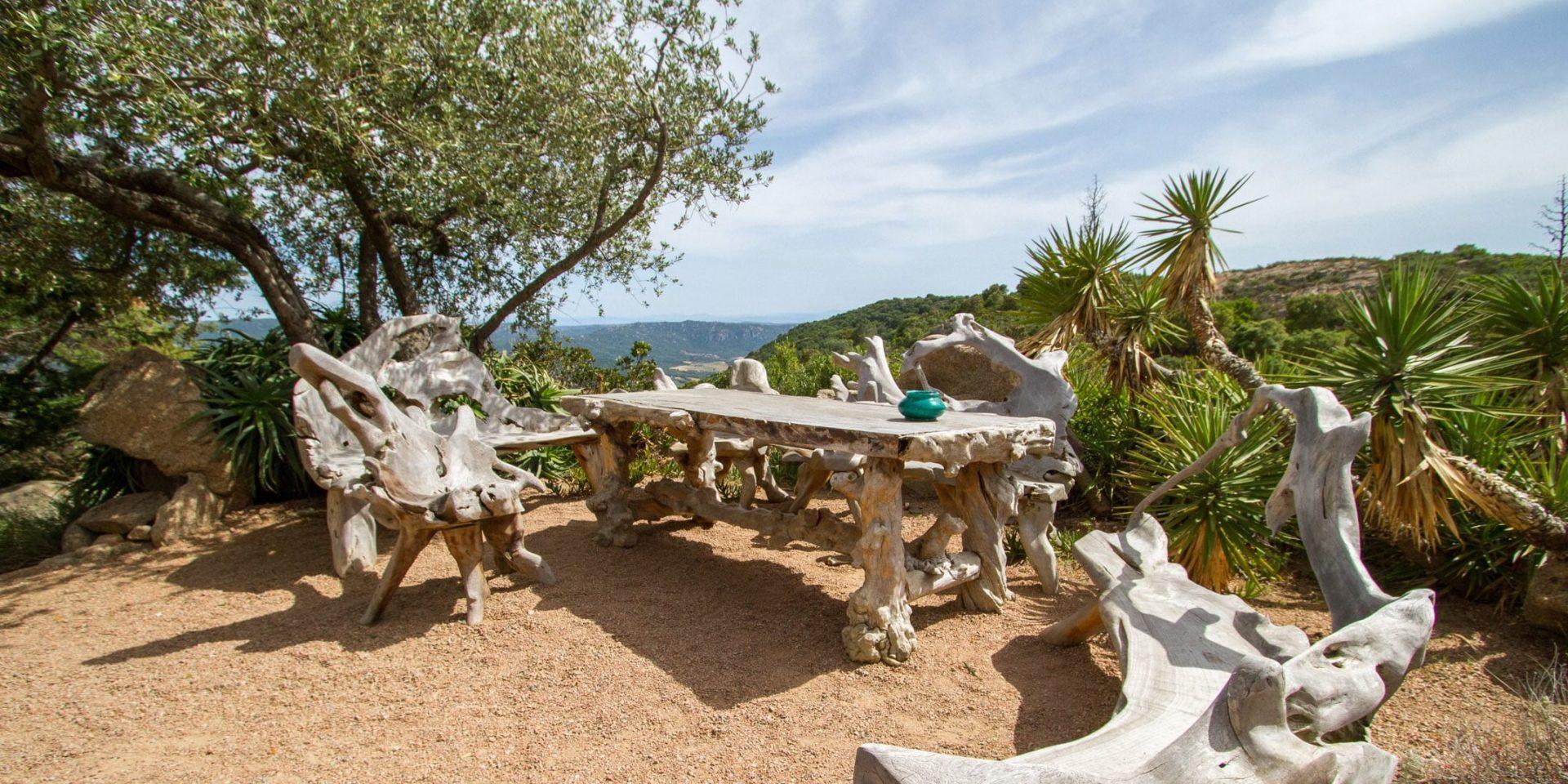 Domaine de Piscia Corsica Frankrijk tafel bank drijfhout