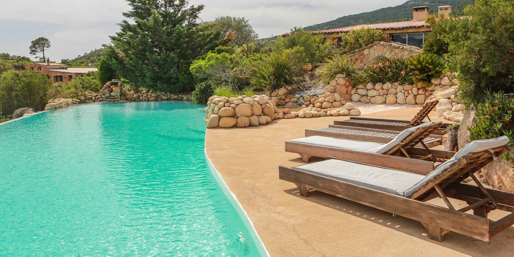 Domaine de Piscia Corsica frankrijk zwembad ligbedden infinity-pool