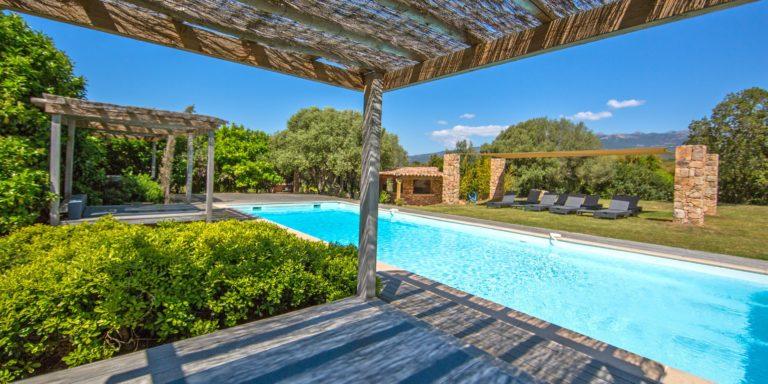 Ferme Auberge Pozzo di Mastri Figari Corsica Frankrijk zwembad ligbedden schaduw rieten-zonwering