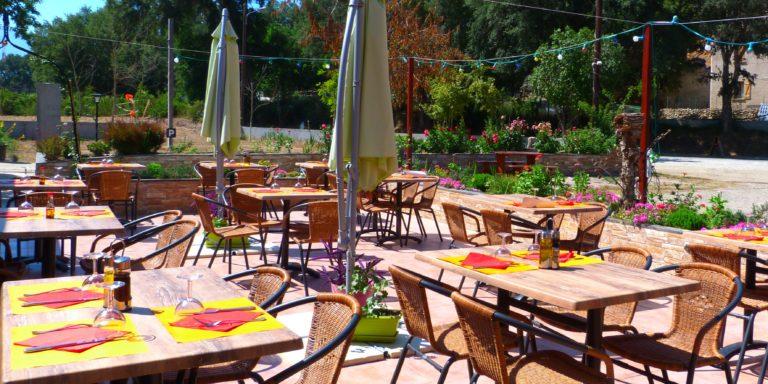 Ferme Auberge U Sortipiani Piedicorte-di-Gaggio Corsica Frankrijk terras tafels parasols