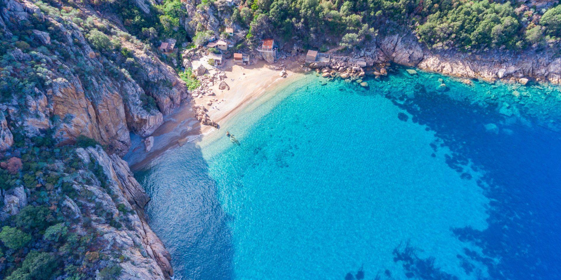 Hotel Capo Rosso Piana Calanques-de-Piana Corsica Frankrijk Capu-Rossu baai kreek drone luchtfoto