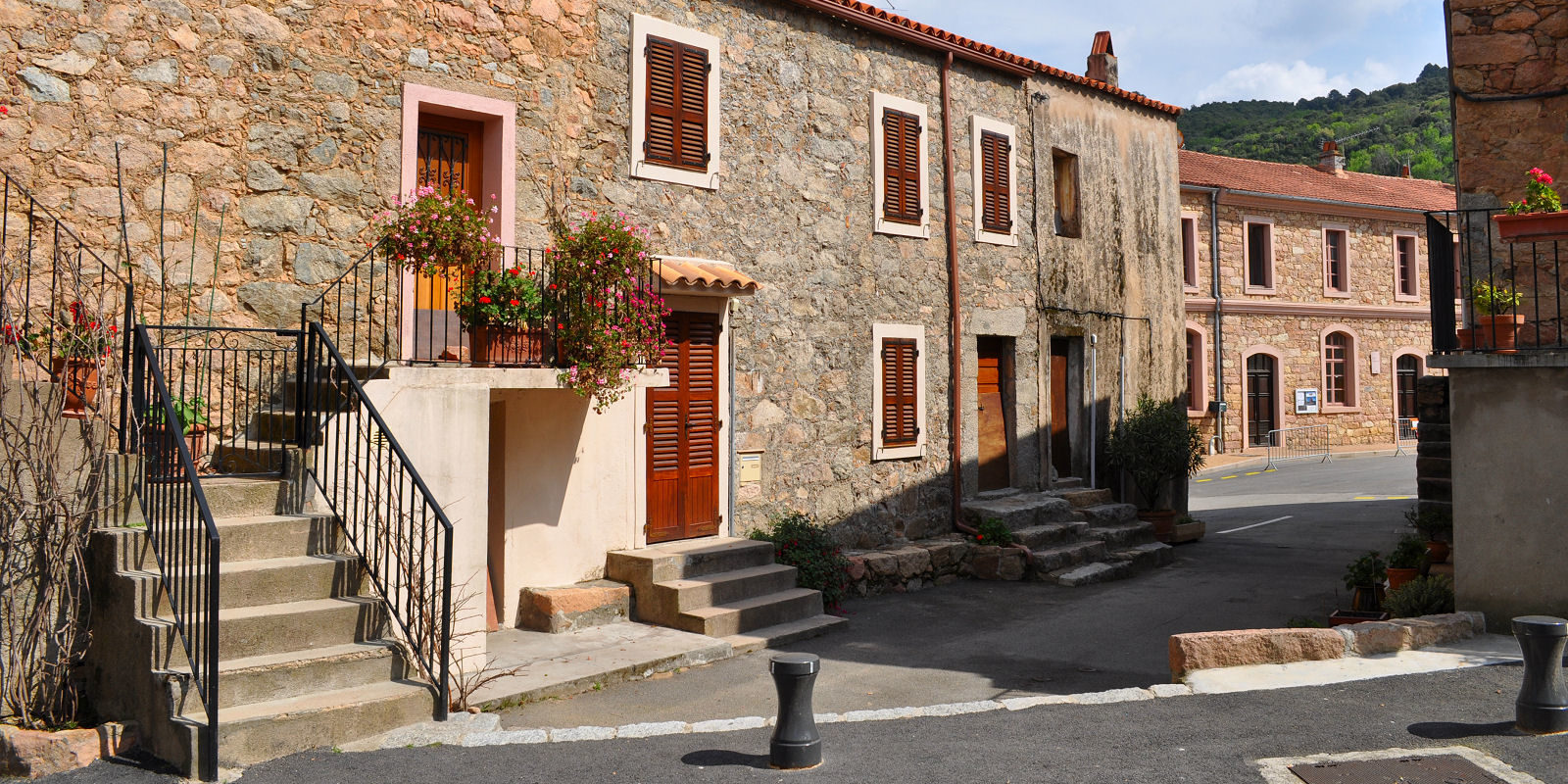 Hotel Capo Rosso Piana Calanques-de-Piana Corsica Frankrijk centrum stadje huizen luiken