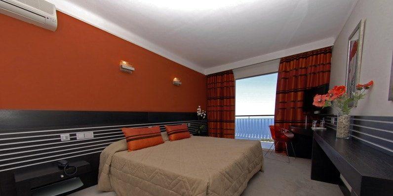 Hotel Capo Rosso Piana Calanques-de-Piana Corsica Frankrijk kamer tweepersoonsbed balkon zeezicht