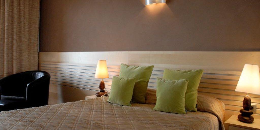 Hotel Capo Rosso Piana Calanques-de-Piana Corsica Frankrijk kamer tweepersoonsbed fauteuil