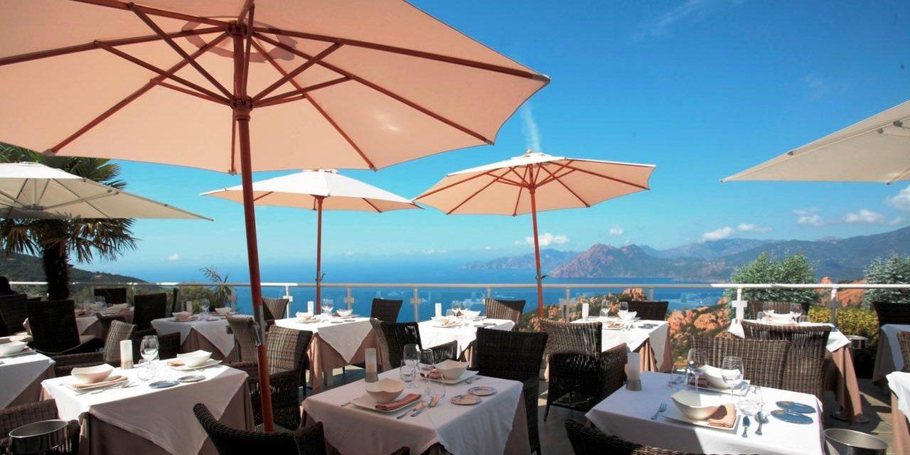 Hotel Capo Rosso Piana Calanques-de-Piana Corsica Frankrijk restaurant terras parasols uitzicht zee rotsen