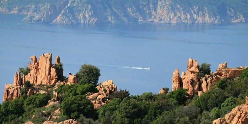 Hotel Capo Rosso Piana Calanques-de-Piana Corsica Frankrijk rotsen struiken zee maquis bergen boot
