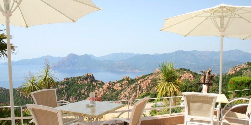 Hotel Capo Rosso Piana Calanques-de-Piana Corsica Frankrijk terras parasols tafels stoelen zeezicht