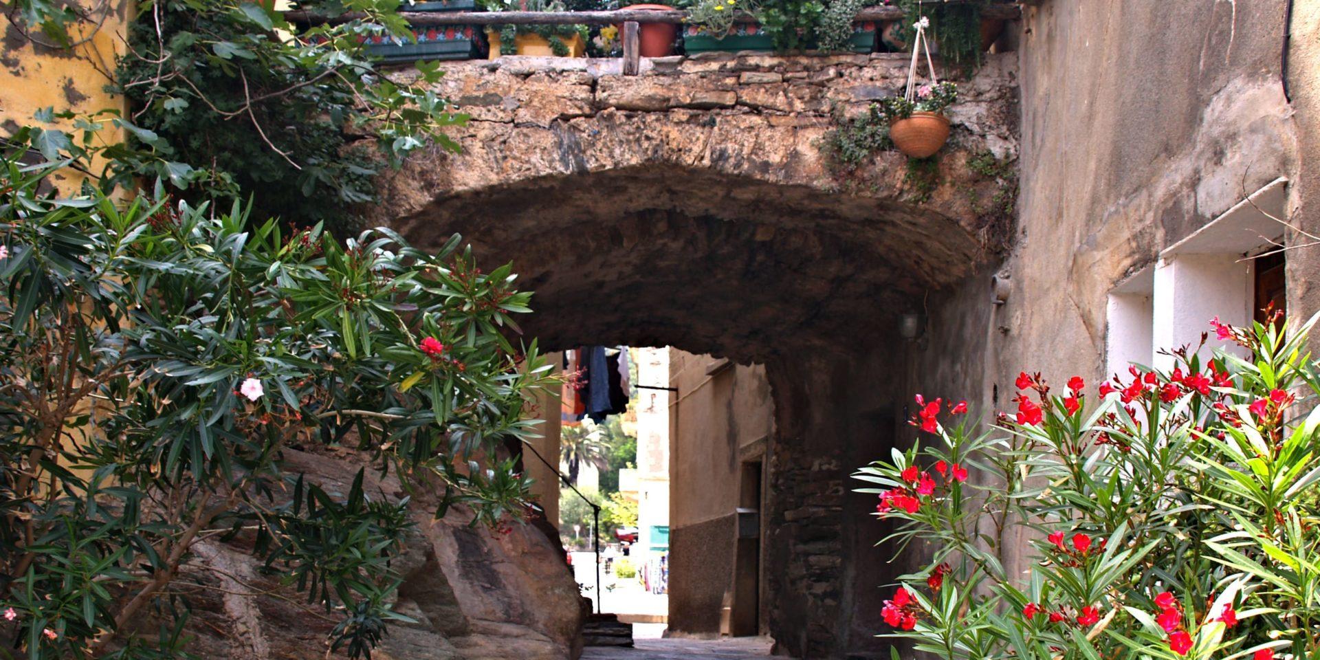 Hotel Castel Brando Erbalunga Cap Corse Corsica Frankrijk Erbalunga doorkijkje