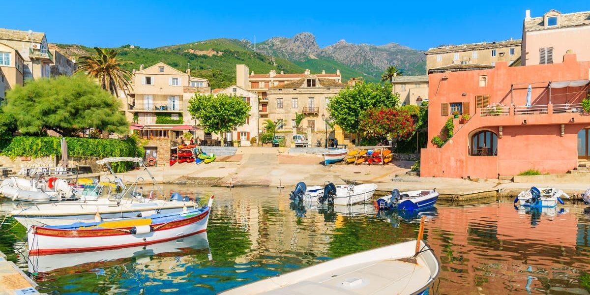Hotel Castel Brando Erbalunga Cap Corse Corsica Frankrijk Erbalunga haven kleurrijk boten vissersdorp