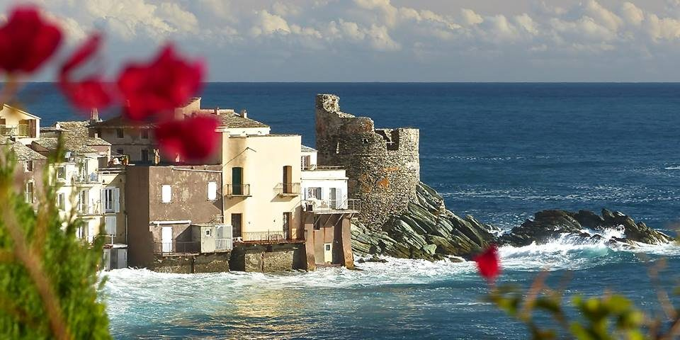 Hotel Castel Brando Erbalunga Cap Corse Corsica Frankrijk Erbalunga zee Genuese-toren branding