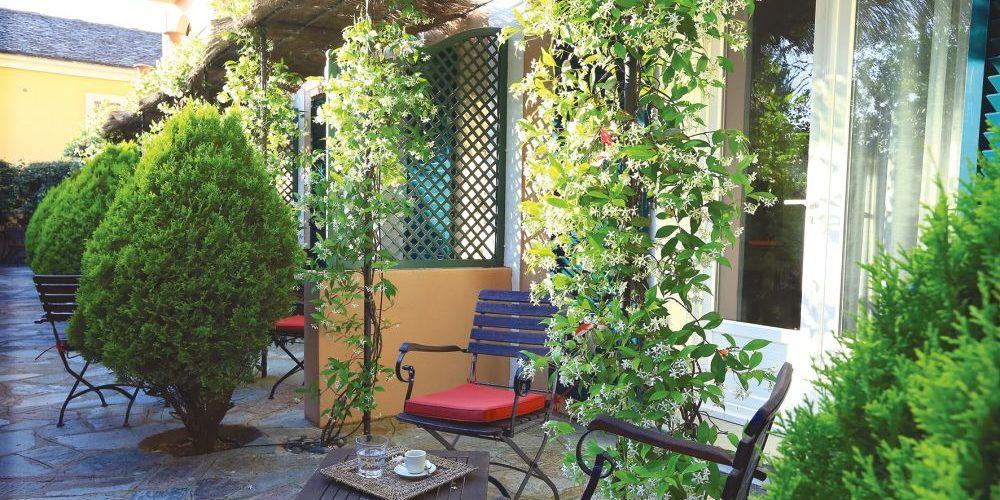 Hotel Castel Brando Erbalunga Cap Corse Corsica Frankrijk gebouw annex terras tafel stoelen natuursteen