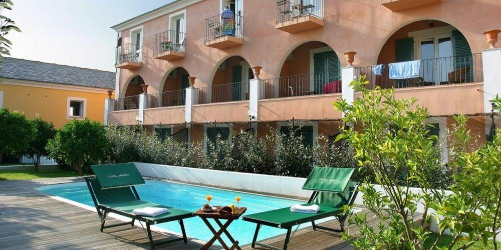Hotel Castel Brando Erbalunga Cap Corse Corsica Frankrijk gebouw annex zwembad ligbedden