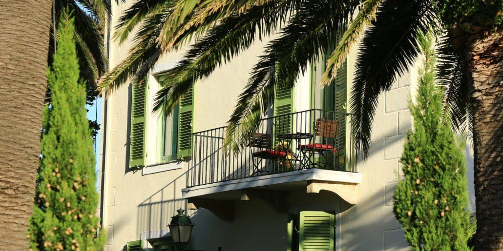 Hotel Castel Brando Erbalunga Cap Corse Corsica Frankrijk gebouw balkon tafel stoelen palmboom