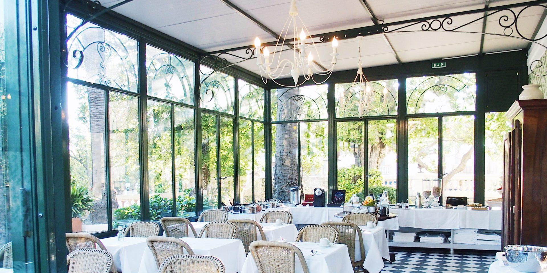 Hotel-Castel-Brando-Erbalunga-Cap-Corse-Corsica-Frankrijk-ontbijtruimte-serre-zwart-wit-tegelvloer