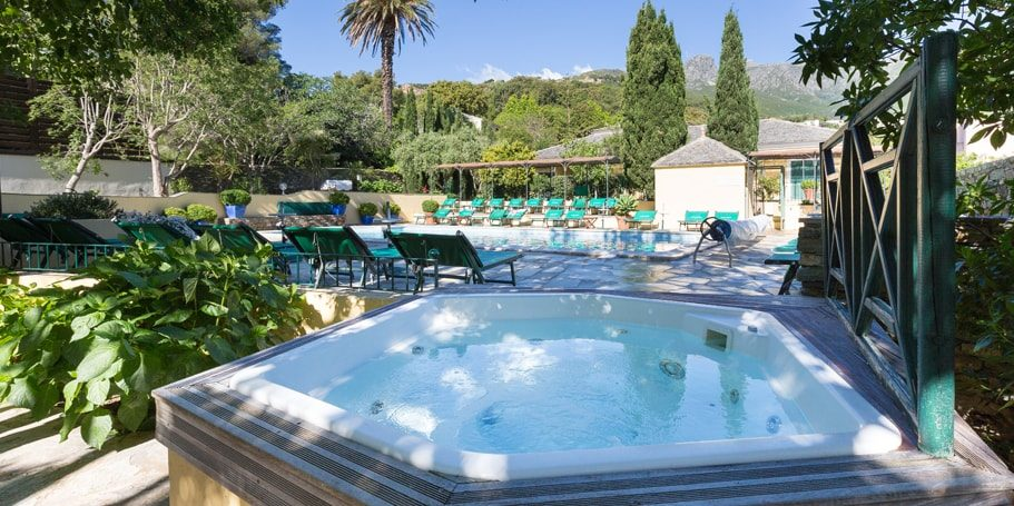 Hotel Castel Brando Erbalunga Cap Corse Corsica Frankrijk zwembad bubbelbad ligbedden