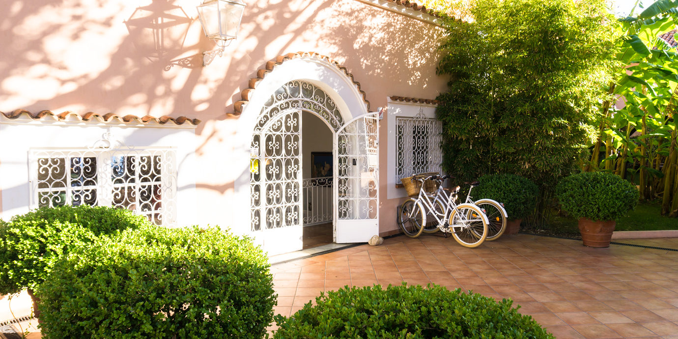 Hotel Demeure Les Mouettes Ajaccio Corsica Frankrijk binnenplaats fietsen smeedwerk hek poort