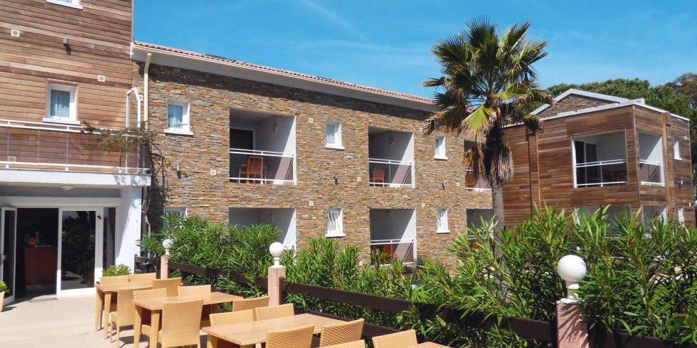Hotel La Lagune Lido de la Marana Lucciana Corsica Frankrijk gebouwen terras vegetatie