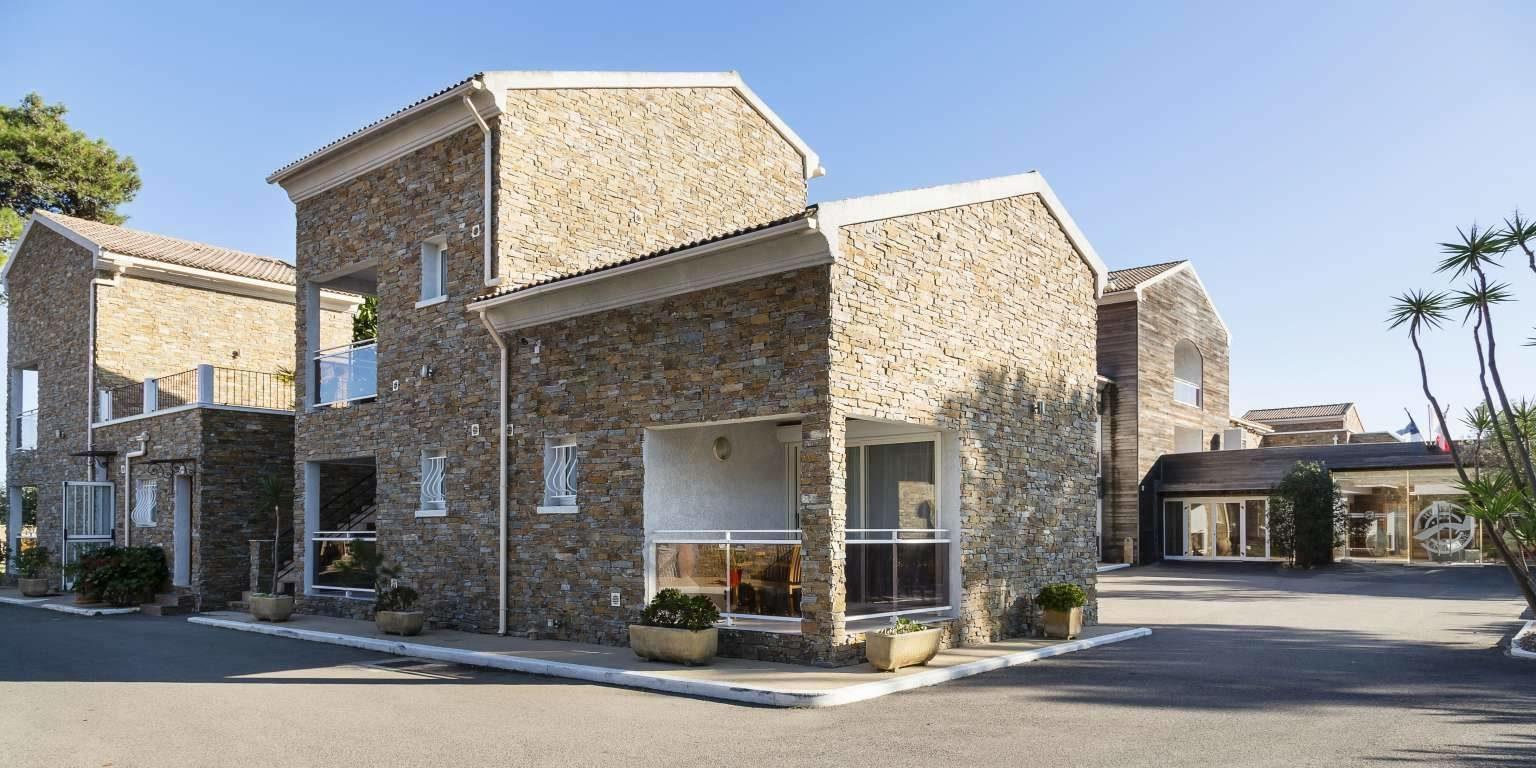 Hotel La Lagune Lido de la Marana Lucciana Corsica Frankrijk gebouwen terrein