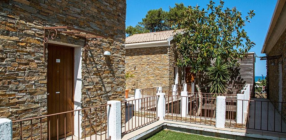 Hotel La Lagune Lido de la Marana Lucciana Corsica Frankrijk gebouwen trap kamers deuren ingang