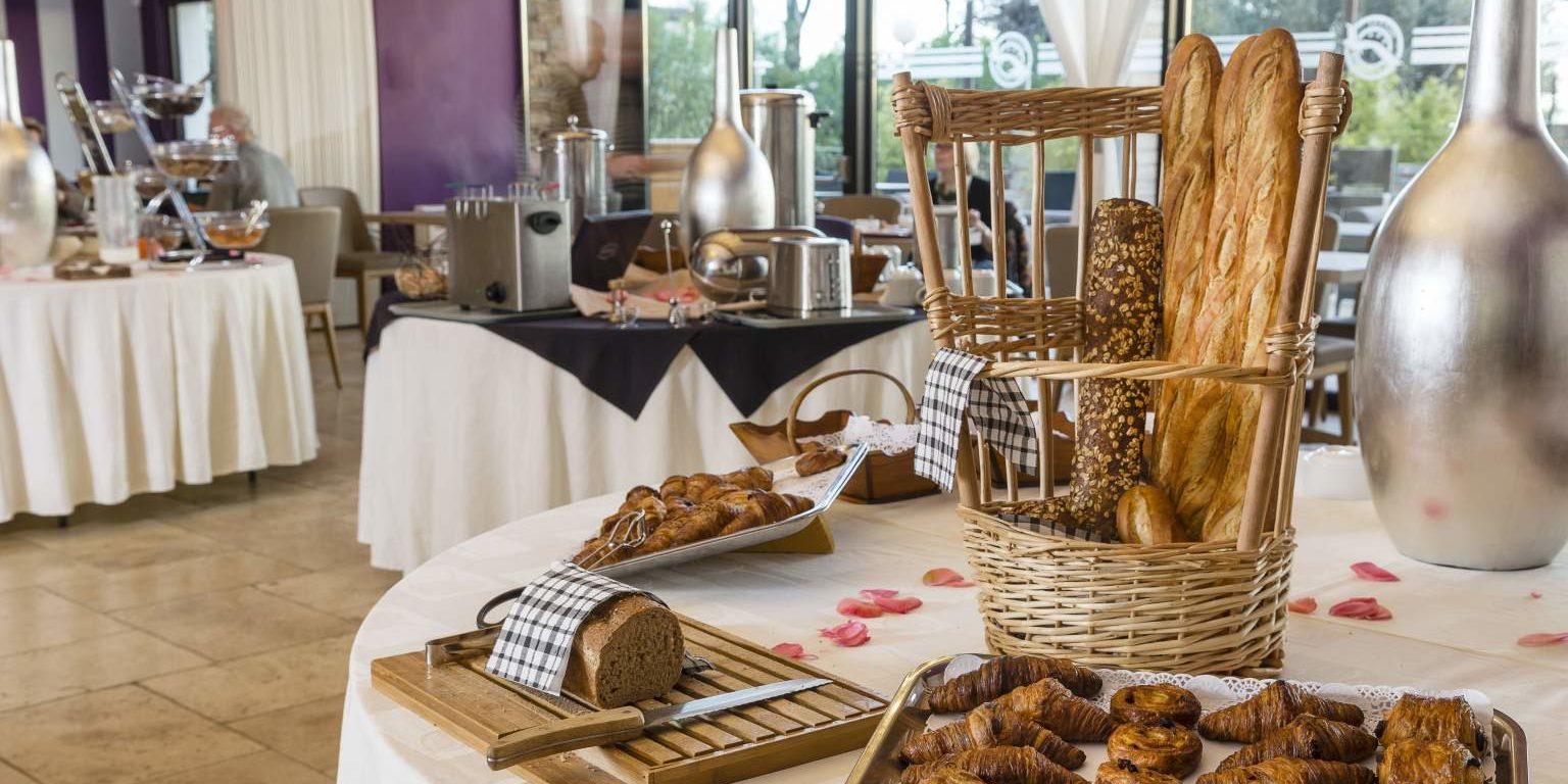 Hotel La Lagune Lido de la Marana Lucciana Corsica Frankrijk ontbijtzaal ontbijt croissants pains-aux-raisins