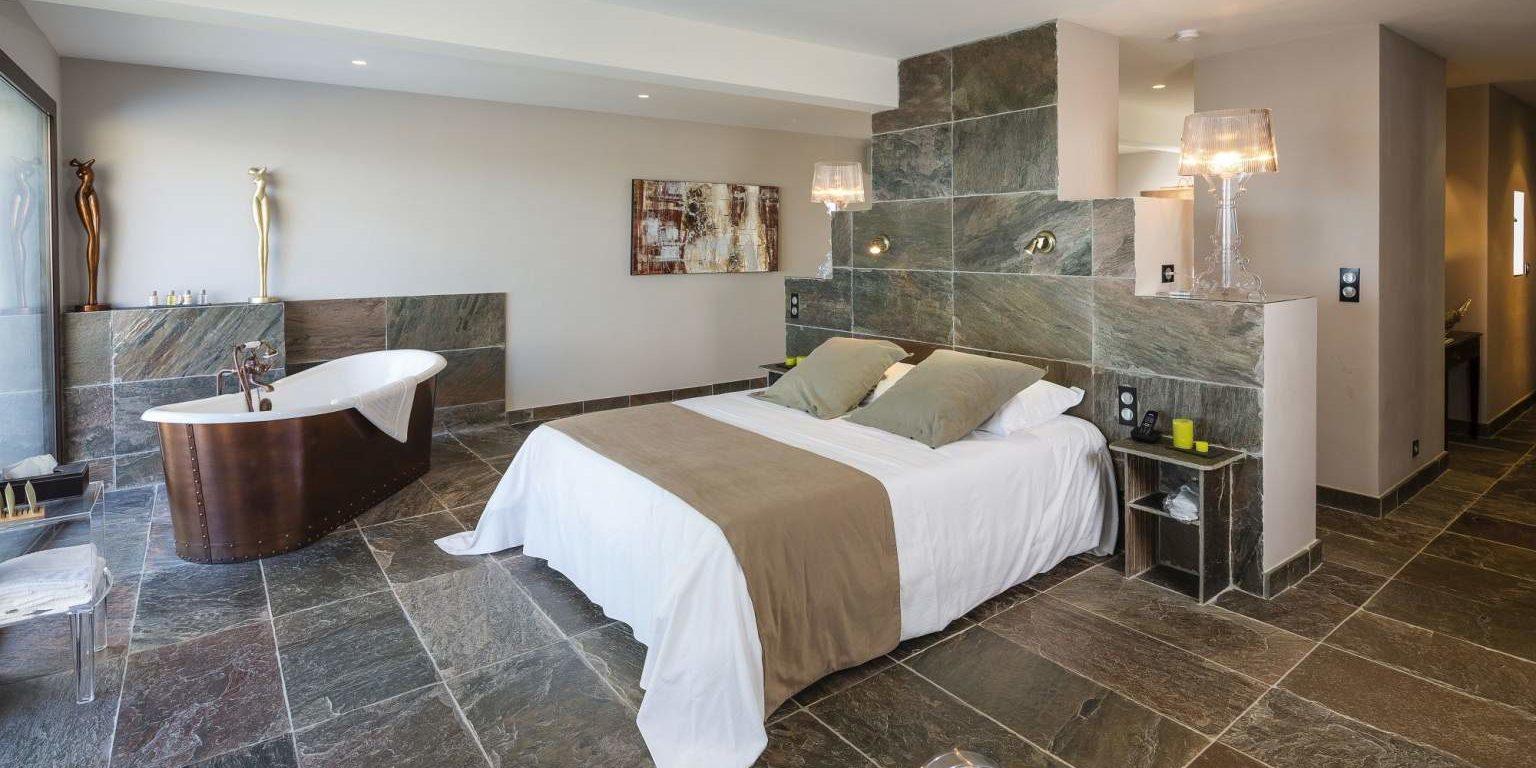 Hotel La Lagune Lido de la Marana Lucciana Corsica Frankrijk suite-Elisabeth koperen-bad tweepersoonsbed