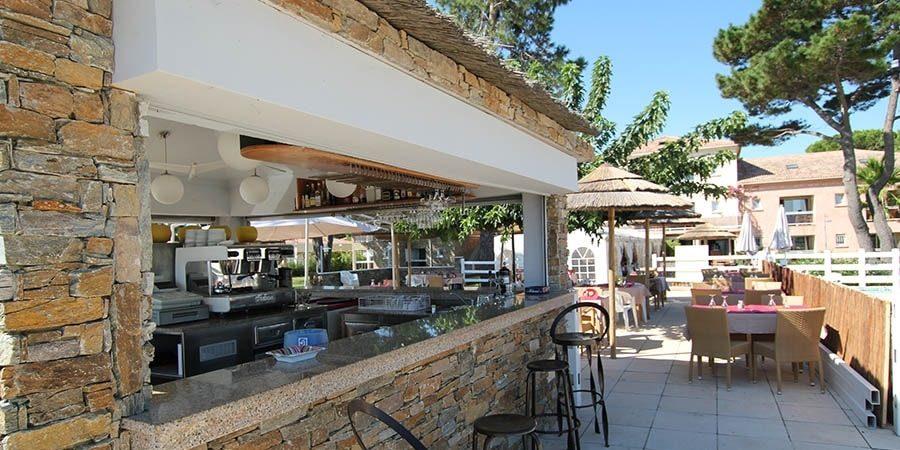 Hotel La Lagune Lido de la Marana Lucciana Corsica Frankrijk terras buitenbar barkrukken tafels stoelen