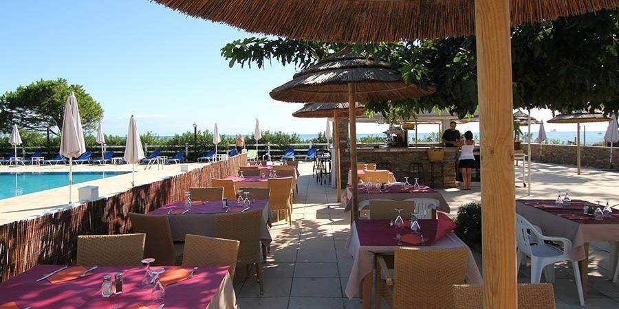 Hotel La Lagune Lido de la Marana Lucciana Corsica Frankrijk terras gedekte-tafels zwembad buitenbar