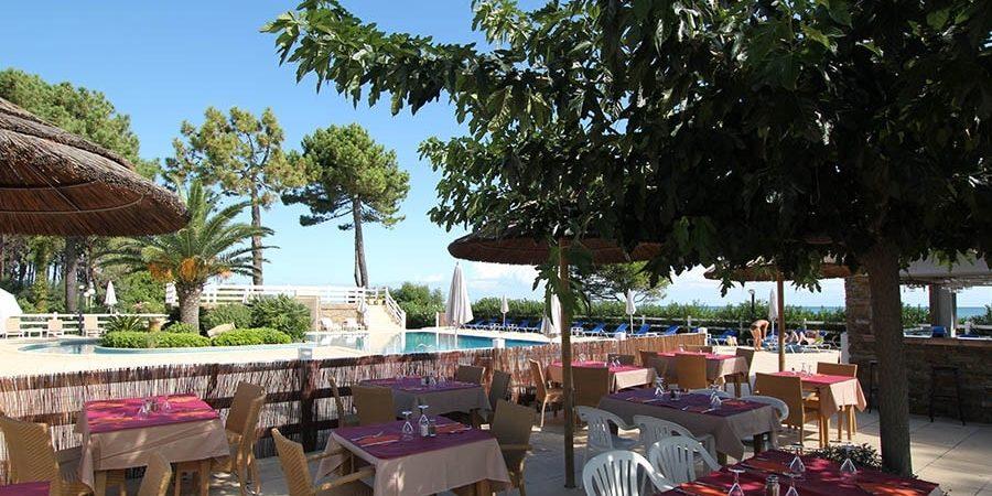 Hotel La Lagune Lido de la Marana Lucciana Corsica Frankrijk terras restaurant gedekte-tafels zwembad buitenbar