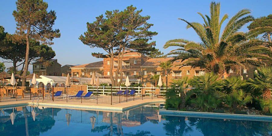 Hotel La Lagune Lido de la Marana Lucciana Corsica Frankrijk zwembad ligbedden gebouw partytent