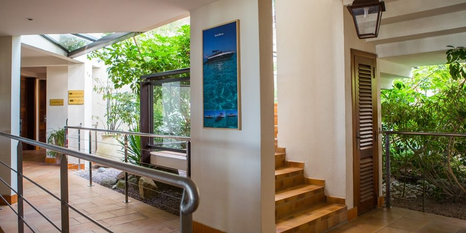 Hotel La Roya Saint-Florent Corsica Frankrijk gebouwen trap planten bomen