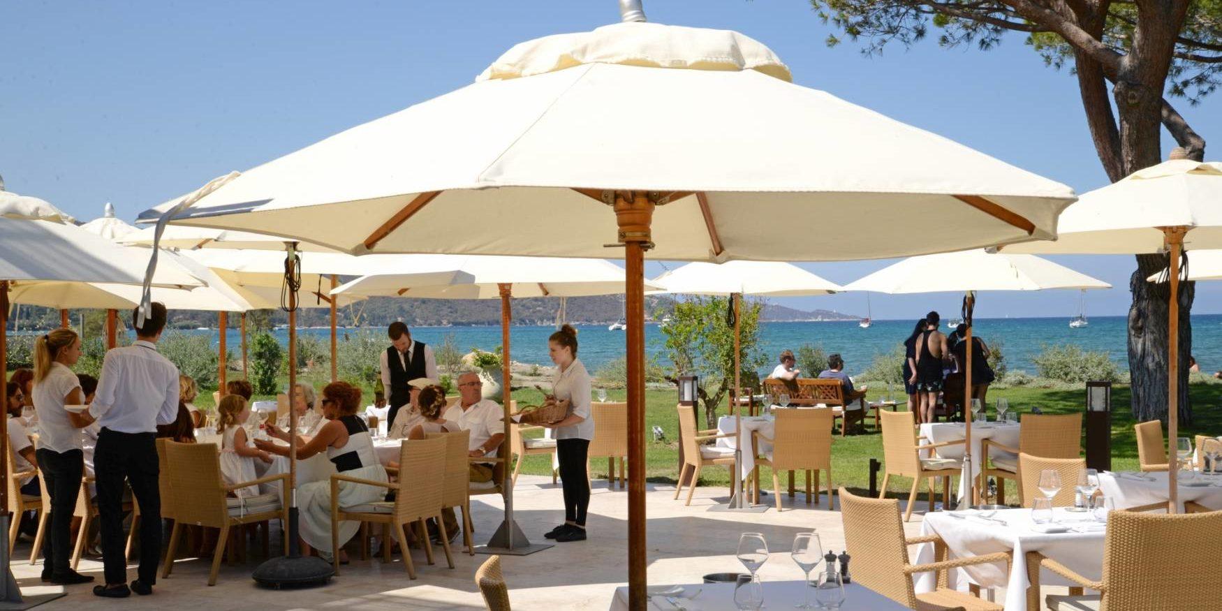 Hotel La Roya Saint-Florent Corsica Frankrijk terras restaurant Michelinster tafels stoelen bediening zee