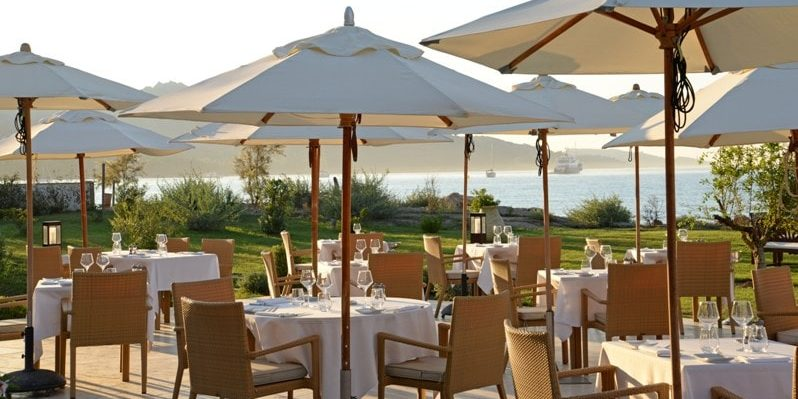 Hotel La Roya Saint-Florent Corsica Frankrijk terras restaurant Michelinster tafels stoelen parasols zee