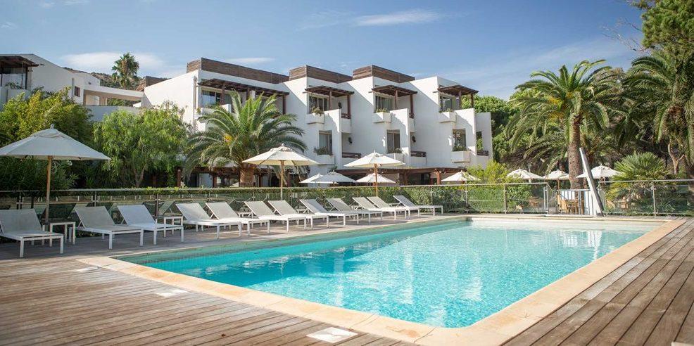 Hotel La Roya Saint-Florent Corsica Frankrijk zwembad ligbedden parasols gebouwen geschakeld