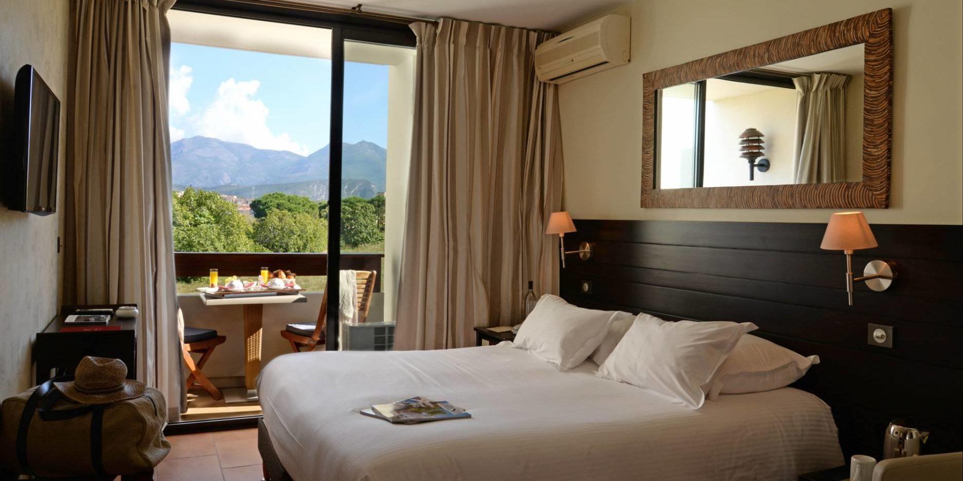 Hotel La Roya Saint-Florent Corsica Frankrijk kamer-Classique tweepersoonsbed balkon bergzicht