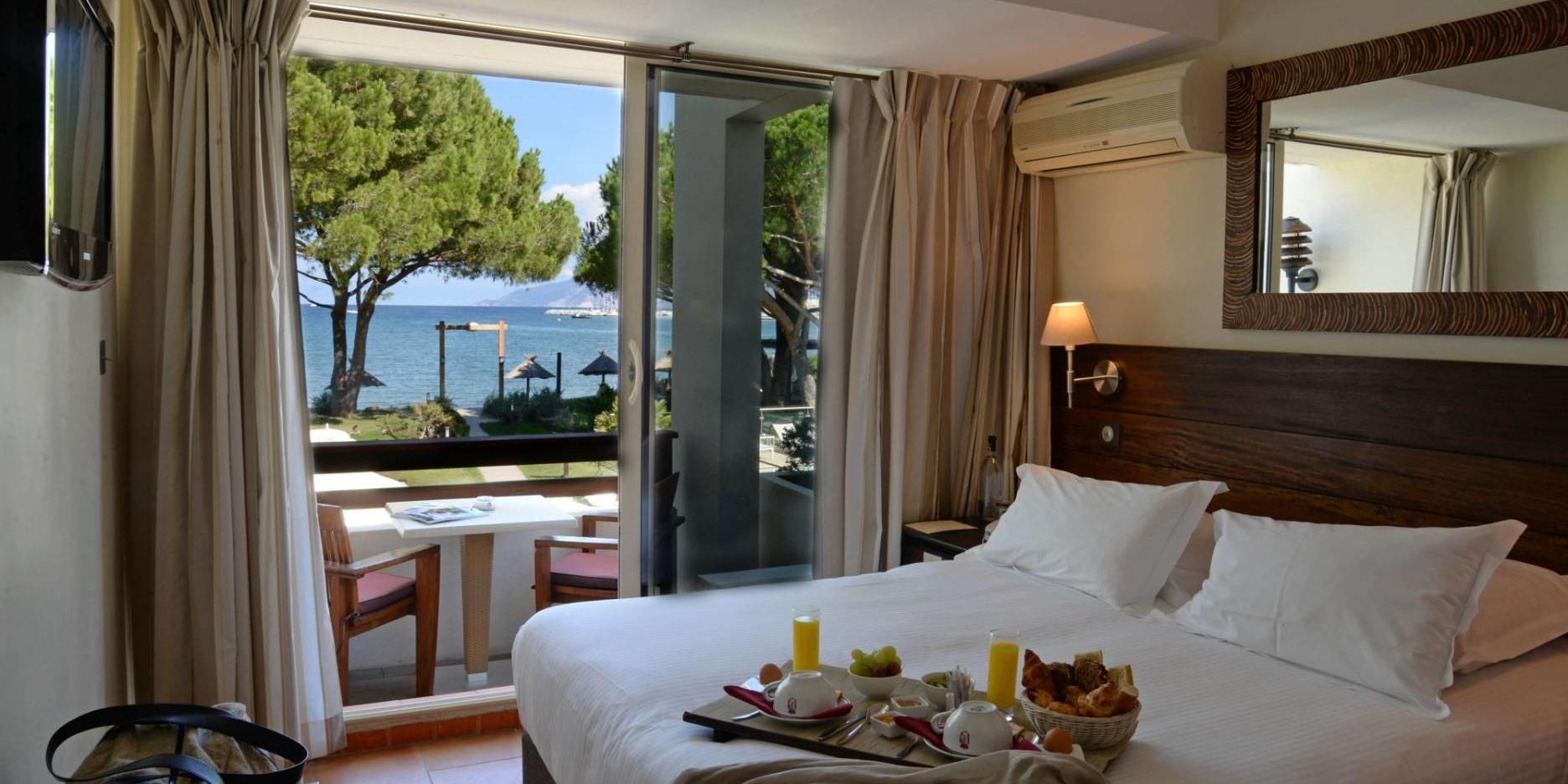 Hotel La Roya Saint-Florent Corsica Frankrijk kamer-Superieure tweepersoonsbed balkon zeezicht