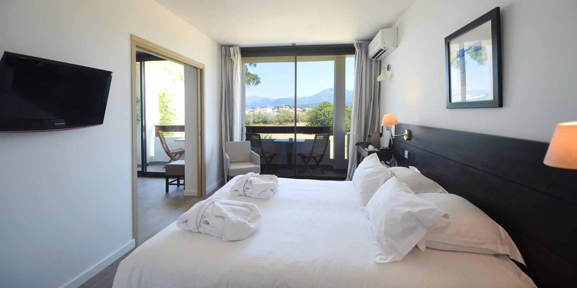 Hotel La Roya Saint-Florent Corsica Frankrijk suite-Anne-Sophie balkon bergzicht