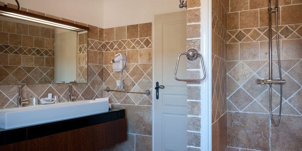 Hotel Le Roc E Fiori Porto-Vecchio Bocca del'Oro Corsica Frankrijk badkamer wastafelmeubel douche deur handdoekenrek