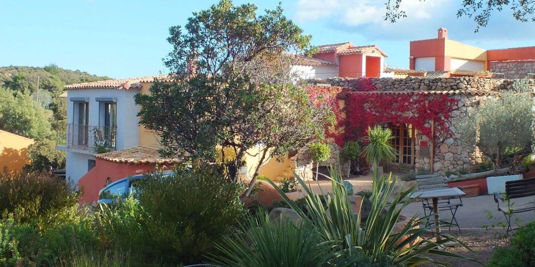 Hotel Le Roc E Fiori Porto-Vecchio Bocca del'Oro Corsica Frankrijk gebouw façade tuin bougainville