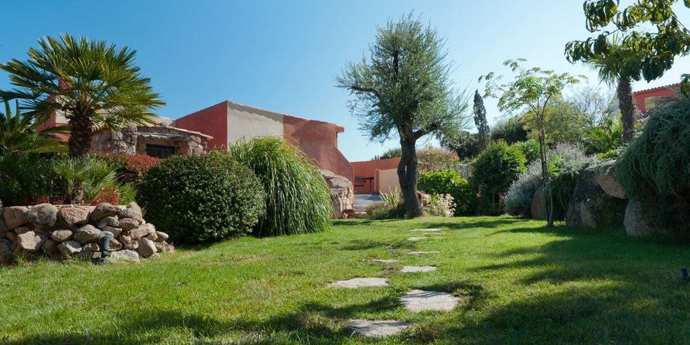 Hotel Le Roc E Fiori Porto-Vecchio Bocca del'Oro Corsica Frankrijk gebouw tuin park bomen struiken planten gras