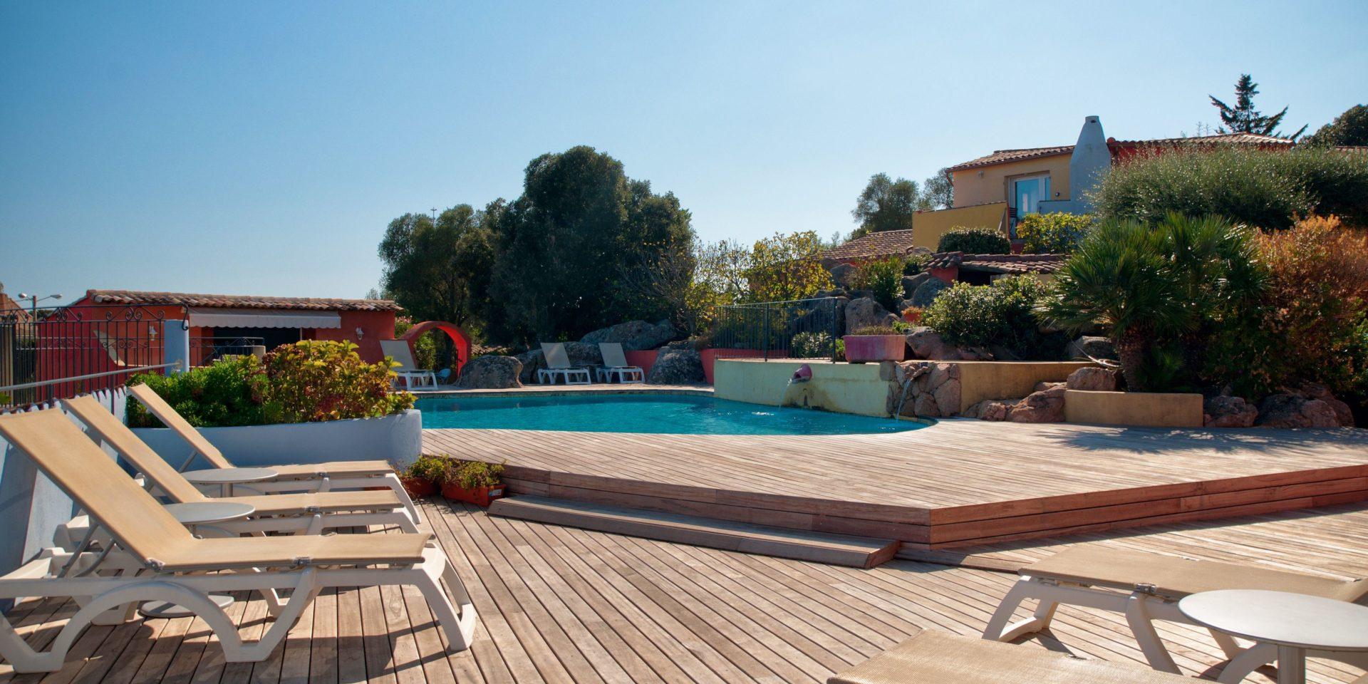 Hotel Le Roc E Fiori Porto-Vecchio Bocca del'Oro Corsica Frankrijk gebouwen terras zwembad ligbedden teakhout