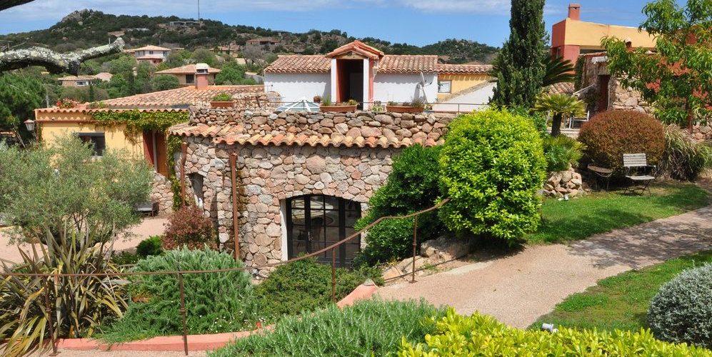 Hotel Le Roc E Fiori Porto-Vecchio Bocca del'Oro Corsica Frankrijk gebouwen tuin park terrein pad