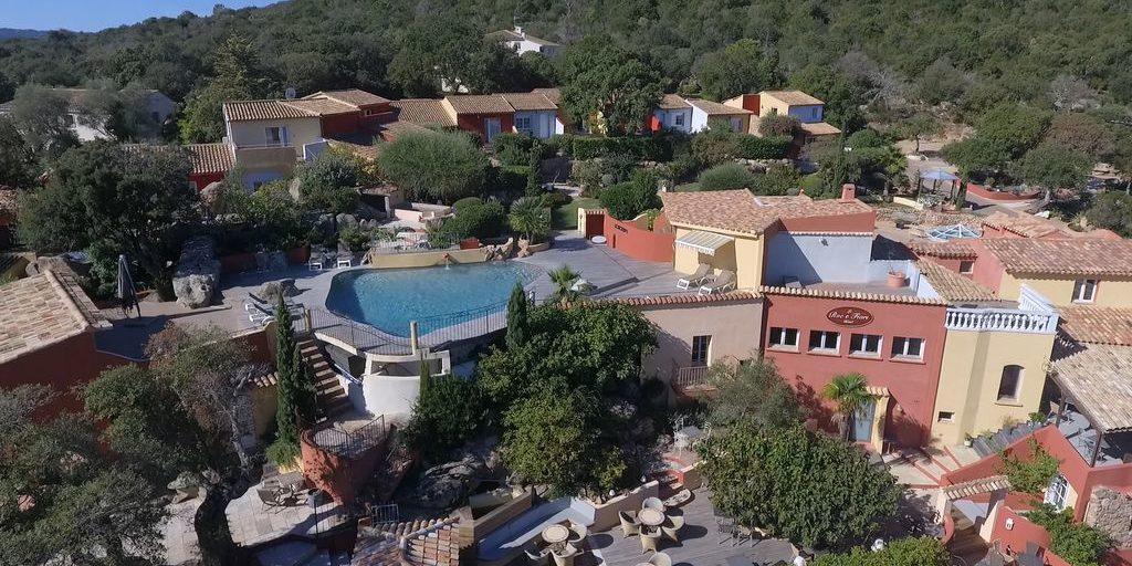Hotel Le Roc E Fiori Porto-Vecchio Bocca del'Oro Corsica Frankrijk gebouwen zwembad terrassen bomen maquis overzicht-terrein
