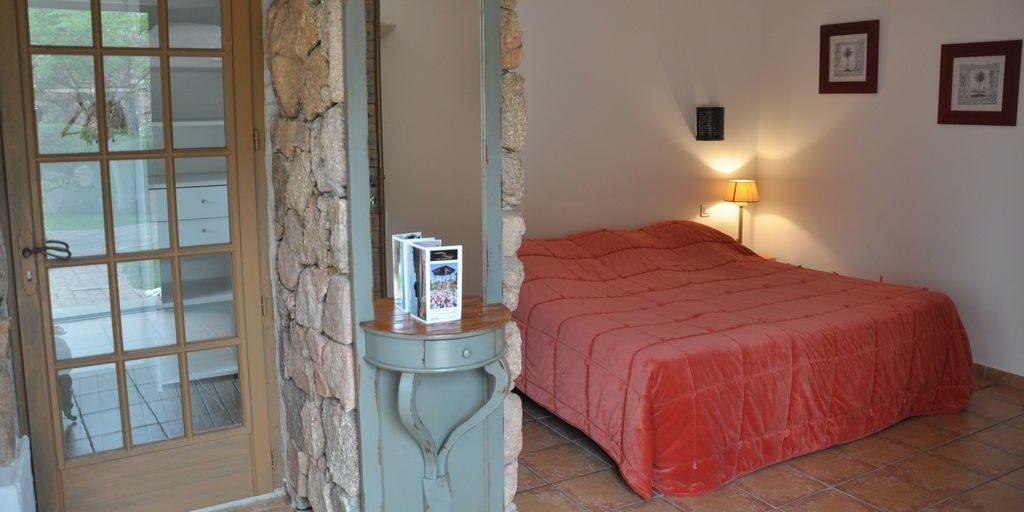 Hotel Le Roc E Fiori Porto-Vecchio Bocca del'Oro Corsica Frankrijk slaapkamer La Villa terracotta-vloer